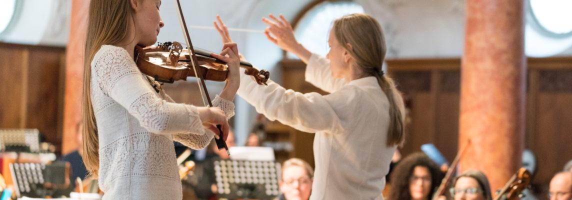 Festival frauenkomponiert 2018  Probe zum SINFONIEKONZERT ZÜRICH  Agnes Tyrrell: Ouvertüre aus dem Oratorium «Die Könige in Israel», c-Moll (ca. 1880), UA Heidi Baader-Nobs: Evasion (2017), für Solobratsche und Orchester, UA Alma Deutscher: Violinkonzert Nr. 1 (2014/2015), CH-EA Amy Beach: Symphonie in e-Moll für grosses Orchester, op. 32 «Gaelic» (1896)  Violine: Alma Deutscher Bratsche: Mariana Doughty Orchester: L'anima giusta Konzertmeister: Jiří Nĕmeček Dirigentin: Jessica Horsley  8. März 2018 Kirche St. Peter, Zürich  FOTO: © Susanna Drescher 2018 www.susannadrescher.ch