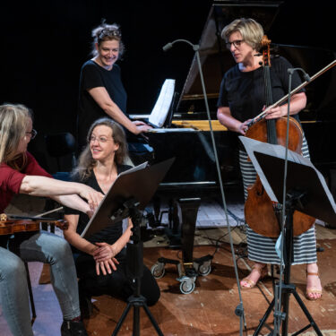 Festival frauenkomponiertWerke vonEmilie Mayer (1812-1883) Trio in b-moll für Pianoforte, Violine und Violoncello op. 16Cecile Marti (*1973) «Forming Sculpture» für Klaviertrio (2017-18) Fanny Hensel (1805-1847) Trio für Klavier, Violine und Violoncello d-moll op.11ABSOLUT TRIOBettina Boller, ViolineJudith Gerster, VioloncelloStefka Perifanova, KlavierAbsolut Trio im Gespräch mit der Komponistin Cécile Marti (Komponistin und Bildhauerin)20. Juni 2021Druckereihalle im AckermannshofFOTO:© Susanna Drescher 2021www.susannadrescher.ch